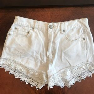 ✨Free People Size 27 White Lace Cut-Off Shorts✨